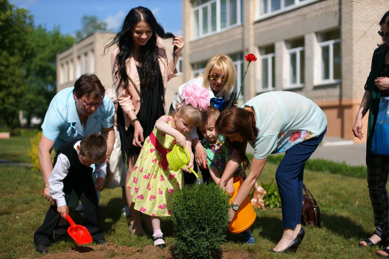 дети поливают деревья