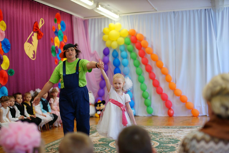 клоун нехочуха в детском доме