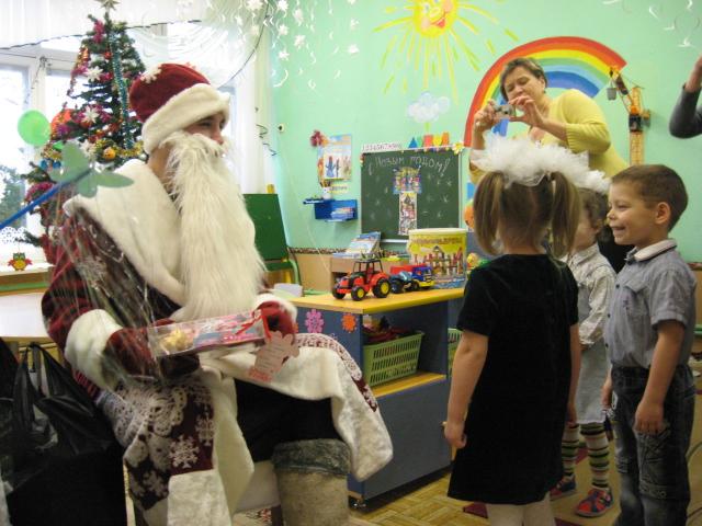 дед мороз в жодинском дет доме, поздравление детского дома, дед мороз из агентства недвижимости