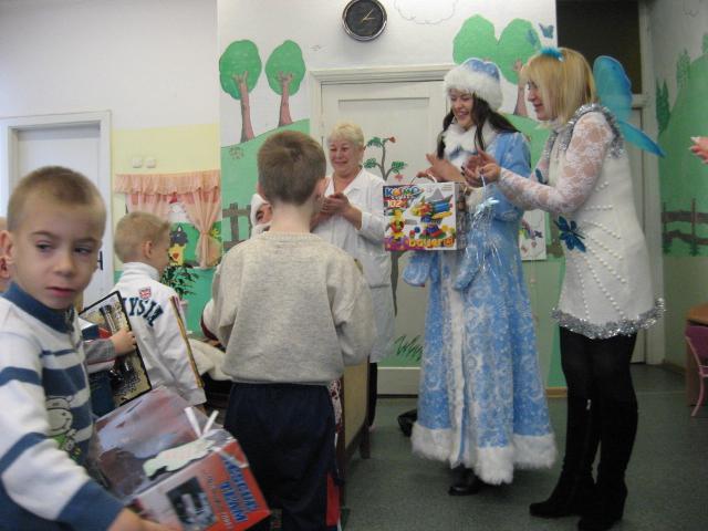 снегурочка и фея поздравляют детей, жодинский детский дом новый год, новогодние подарки от снегурочки всп
