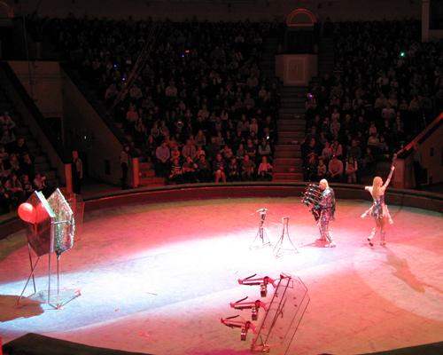 стрелок из арбалета в цирке